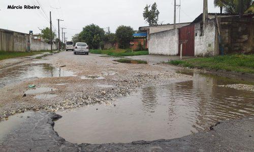Prefeitura faz consertos, mas buraco reaparece após sete meses do trabalho executado