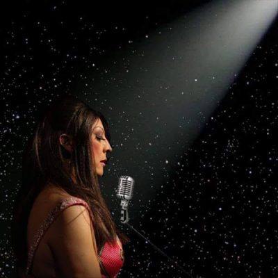A cantora e atriz RenataPeron homenageia Clara Nunes no projeto Canto Para As Estrelas, no 2 de novembro, naCasa Café Teatro, às 21h00, em São Paulo