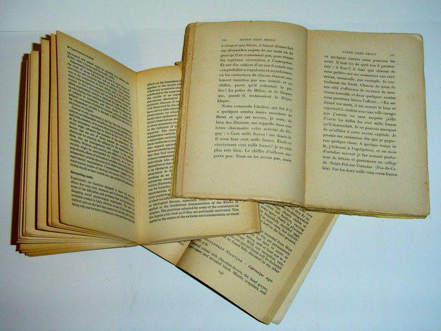 Livros amarelados e abertos