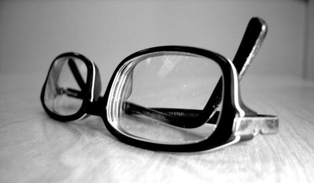 Fotografia de um par de óculos