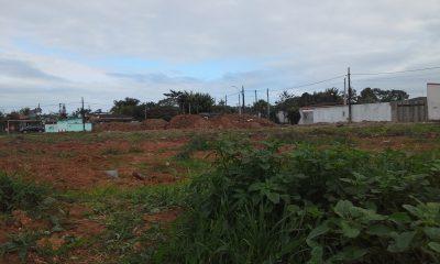 Campo de futebol do Recreio Santista continua arruinado. Prefeitura tenta explicar