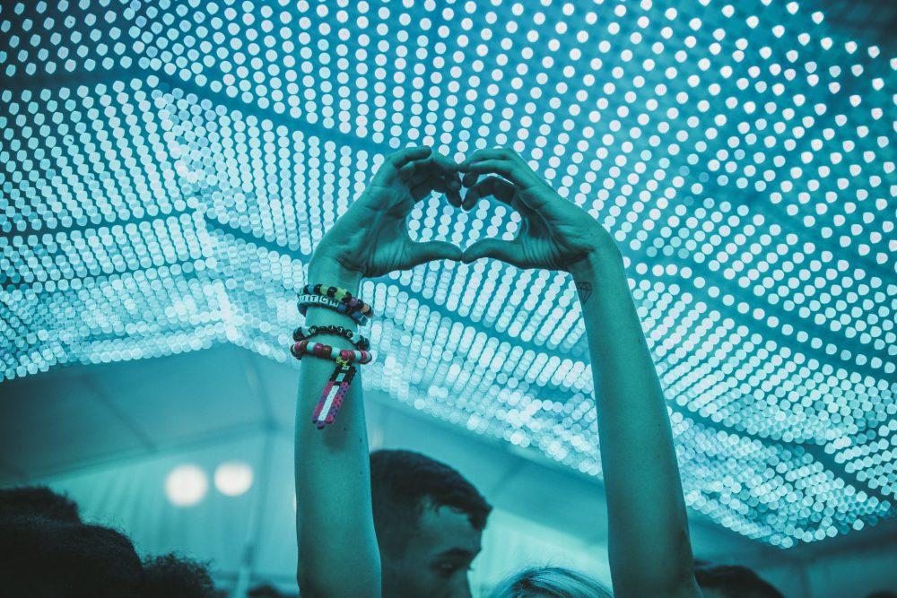 Mãos em coração numa balada