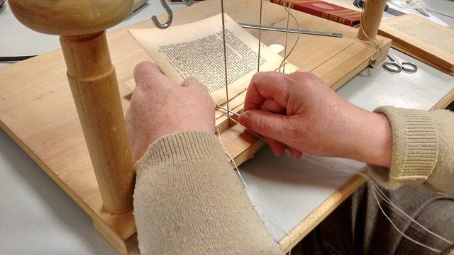 Costura dos cadernos de um livro
