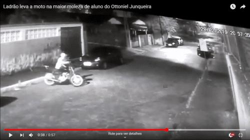 Vídeo: Ladrão leva a moto na maior moleza de aluno do Ottoniel Junqueira