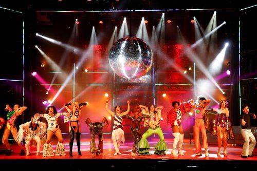 Musical Dancin'Days transforma teatro em discoteca dos anos 70