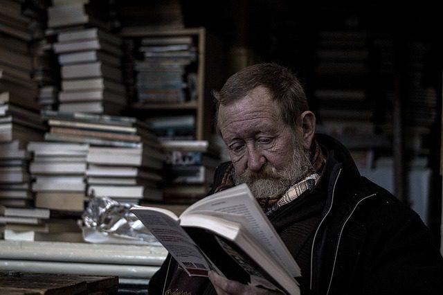 Velho lendo