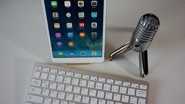 Microfone, tablet e teclado