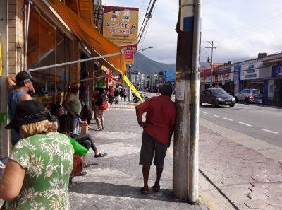 Prefeitura diz que vai reparar a cobertura e o banco do ponto de ônibus do Centro