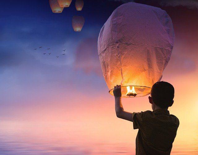 Menino soltando balão