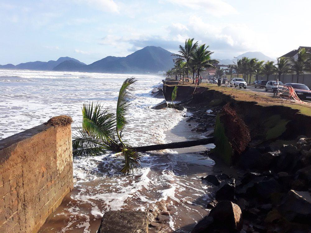 Fotos: Ressaca destrói mureta e some com trecho da avenida da praia em Peruíbe