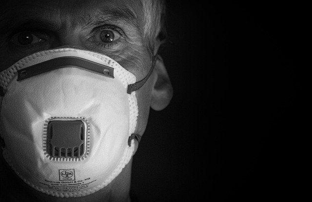 Homem usando máscara contra o covid19