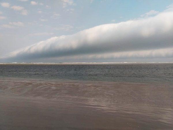 Nuvem rolo dá espetáculo impressionante em praia paradisíaca de SP