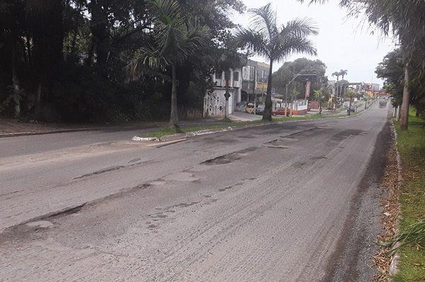Prefeitura inicia obra, mas larga a Avenida João Abel cheia de buracos