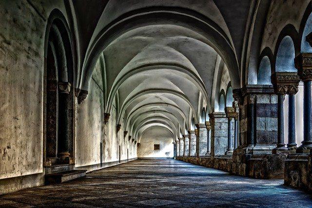 Longo corredor dentro de um monastério