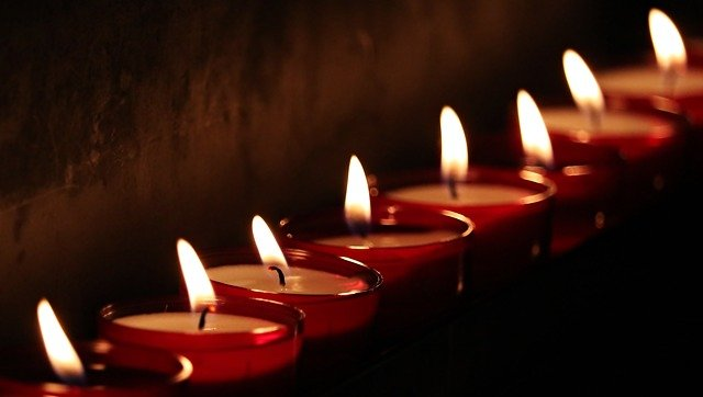 Oito velas vermelhas acesas e enfileiradas