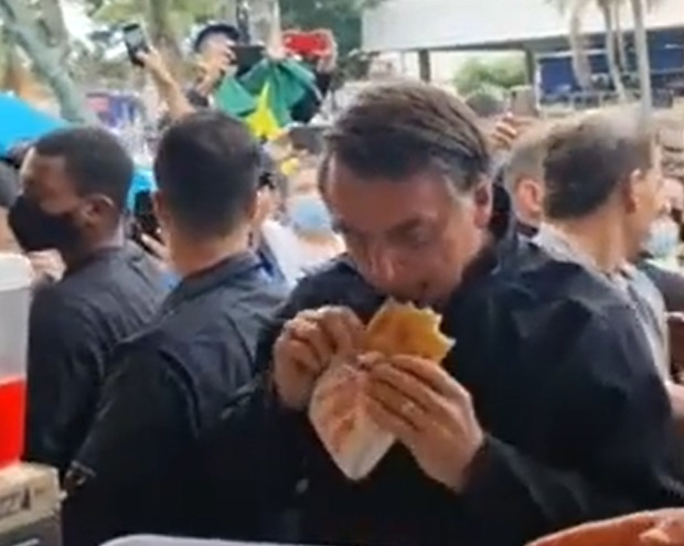 Jair Bolsonaro visita Peruíbe, come pastel e é alfinetado pelo prefeito